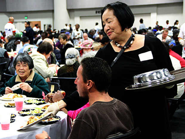Mayor Jean Quan passed out plates of turkey and mashes potatos with gravy at Oakland's 20th annual Thanksgiving dinner.