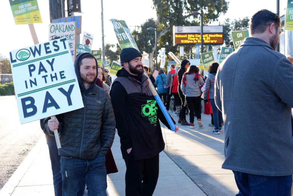 Teachers began protesting outside of Oakland High School early Thursday morning. Photo by Juliette de Guyenro.